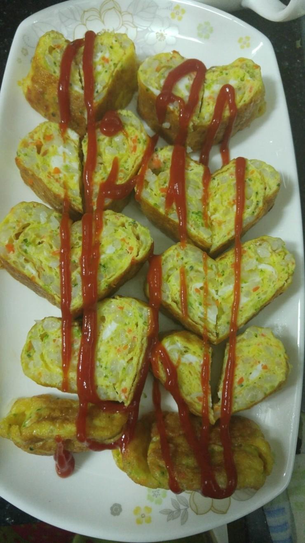 계란에+야채와+밥을+넣어+만든+계란말이입니다