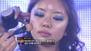 3) 파운데이션으로 전체적인 피부 정돈 파운데이션은 얼굴 외곽부터 발라 준 뒤 얼굴 전체를 쓸어준다.