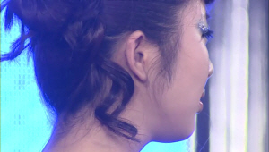 5) 목덜미에 남겨둔 헤어는 귀 뒤쪽에 고정<br> 아까 남겨두었던 헤어 기억나시죠?? 이렇게 귀 쪽에 고정해주면 너무나도 귀여운 포인트가 되요!
