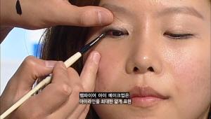 3)아이라이너로 선명한 눈매 만들기<br> 아이라이너는 우선 점막을 채워준후에 눈매를 잡아줍니다  뱀파이어 메이크업의 특징은 최대한 가늘게 그린 아이라인이래요 ;)