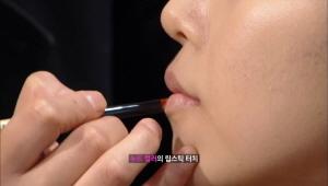 8) 누드톤의 입술 만들기<br>  입술은 우선 컨실러로 본인의 입술색깔을 다운 시킨후에  누드컬러의 립스틱을 발라주세요.