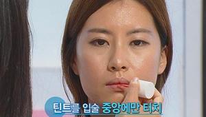 5) 귀엽고 사랑스러운 립 표현<br>  5-2) 틴트를 입술 중앙에만 터치<br> 틴트는 립 & 볼터치 등 활용도가 참 다양하네요 ^^ 피부가 건조한 40대 이상도 틴트로 자연스러운 혈색 메이크업이 가능합니다