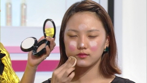 1) 얼굴을 가운데로 모아주는 꼭짓점 권법<br> 1-3) 자신의 피부 톤에 딱 맞는 파운데이션 팩트를 선택하여 얼굴 외곽에만 파운데이션을 터치하고, 얼굴 중앙에는 리퀴드 타입 파운데이션을 사용합니다.