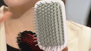 4) 쿠션 브러시  쿠션 브러시는 젖은 모발에 사용하기 적합합니다 :) 털 길이가 일정치 않은 브러시는 모발의 큐티클을 정리하고 윤기나는 머릿결을 완성시켜줍니다.