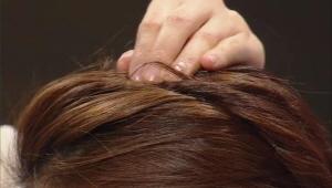 5) 손가락을 이용하여 위쪽 모발을 살짝 빼준다