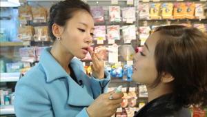 1) 로프트에서는 다양한 제품들을 한번에 만날 수 있다는 장점이 있는데요<br> 립밤 코너만 봐도 그 종류가 어마어마 하죠?? 바로 테스트 들어가는 정민!! 어떤가요?