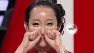 1) 수분크림과 페이스 오일를 혼합하여 얼굴에 두드리며 <br> 흡수해준다. 주먹 쥔 손의 관절을 이용하여 코 옆 팔자 주름을 <br> 꾹꾹 눌러준다.