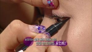4) 점막에만 아이라인을 그리면 동그랗고 큰 눈망울을 연출하실수 있어요  눈꼬리는 살짝 내려 그리는 것이 반달 눈 만드는 포인트랍니다 :)
