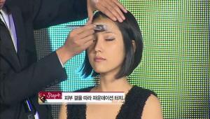 4) 피부 결을 따라 파운데이션을 터치해준다. <br> 후에  아치형 눈썹으로 매혹적인 눈매 강조해준다.