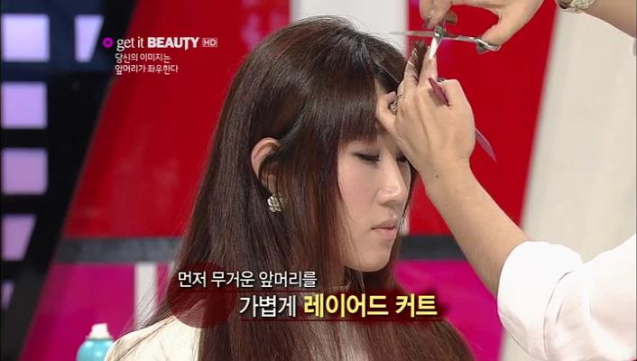 2) 먼저 무거운 앞머리를 가볍게 레이어드 커트 해주세요.