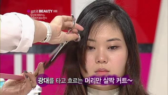4) 각진 얼굴형을 가졌을 경우 정수리에 포인트를 주세요~ 그리고 광대를 타고 흐르는 머리만 살짝 커트해주세요~