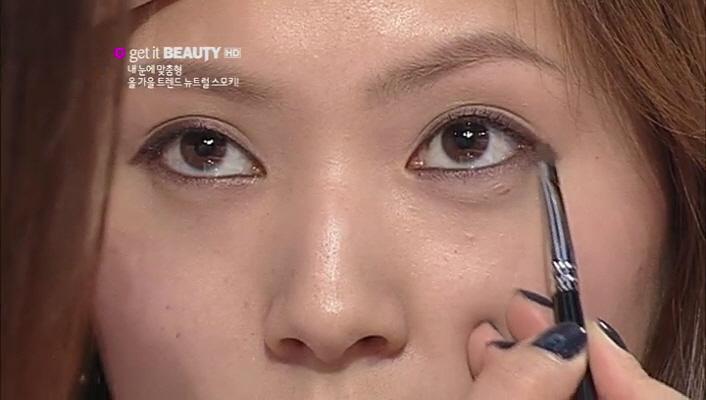 4) 짝눈에 감춰져 있는 세련된 눈매! 헤어 컬러에 맞는 골드 펄 뉴트럴 브라운 컬러 섀도로 아이라인 경계를 살짝 덮으며 마무리해주세요.