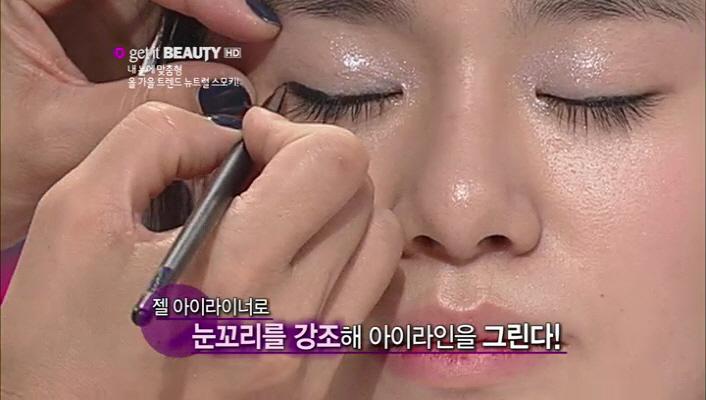 2) 젤 아이라이너로 눈 꼬리를 강조해 아이라인을 그려줍니다.