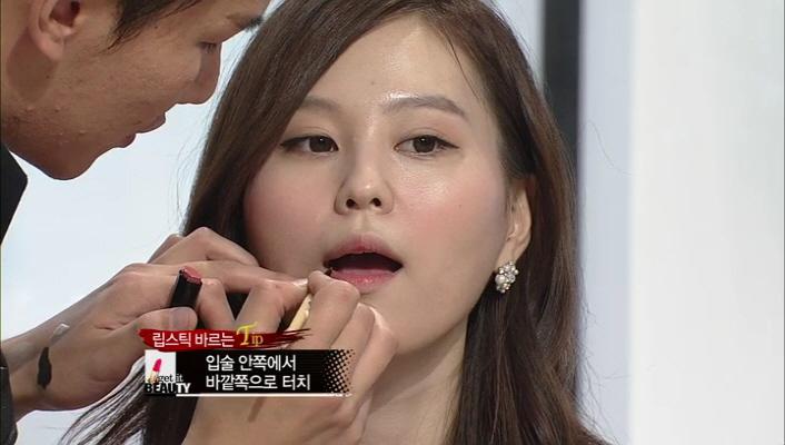 * [TIP] 립스틱 바르는 방법 <br> 입술 안쪽에서 바깥쪽으로 터치해주세요 그리고 아랫 입술을 중점으로 표현해줍니다. 이 표현 방법은 사진을 찍은 후 입이 들어가 보이는 시각적 효과까지 얻을 수 있습니다!!