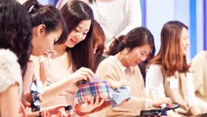대한민국 여성을 대표하는 베러걸즈 50인의 파우치는? 그녀들의 파우치고 본 반드시 버려야하는 아이템들 공개합니다!