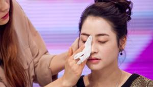 5) 클렌징 티슈를 이용해 얼굴 전체의 메이크업 잔여물을 닦아냅니다.