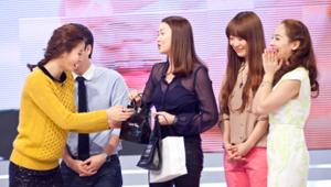 1) 장윤주씨가 겟잇뷰티 MC들을 위한 선물을 가지고 스튜디오에 나타났습니다.