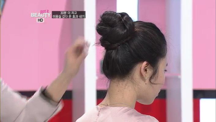 20) 짠~! 땋은 모양도 예쁘게 꽃 모양으로 변신했네요 ㅎㅎ 귀 옆 애교머리에도 살짝 웨이브를 주시구요^^