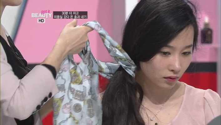 5) 스카프를 묶은 부분에 한번 꼭 찜매주세요.