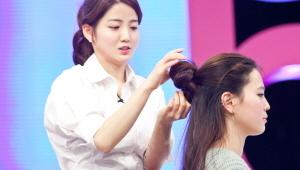 2) 하트 포니테일 : 머리숱이 풍성해보이며 특별하게 보이고 싶은 날에 좋은 헤어 연출법<br> 2-2) 머리 사이로 반을 갈라 묶었던 머리를 집어 넣어주세요. 올리비아 핫세 머리처럼^^
