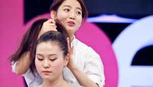 1) 바비 포니테일 : 높이 올려 묶은 포니테일은 보톡스효과를 주어 얼굴이 작아보이는 헤어 연출법<br> 1-1) 머리를 정수리까지 높게 묶어주세요. 파인애플모양이 될 수 있게 높게!!  머리 윗부분에 검지를 넣어 머리카락을 살살 빼 볼륨을 줍니다. (단, 얼굴이 긴 사람은 더 길어 보일 수 있으므로 볼륨을 너무 많이 주지 마세요)!