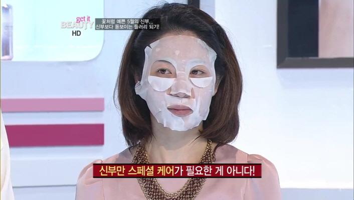 1) 메이크 오버를 시작하고 바로 등장한 이 장면!!! 갑자기 마스크팩을 하고 나타나셔서 조금 깜짝 ~ 놀랐는데요 ㅎㅎ 이런 마스크 팩은 신부만 하라는 법 있나요?  들러리들도 피부 표현이 중요합니다!!