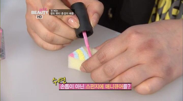 6) 김수연씨의 색다른 방법은 스펀지에 매니큐어를 발라서  손톱에 얹어주는 것이였는데요^_^ 칠해진 파스텔 계열의 색깔들이 너무 예쁘네요!