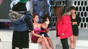 촬영 중간에 유진씨께서 원조 요정답게 거울을 보고 계시네요! <br> 너무 예뻐요~~