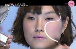 3) 얼굴을 갸름해보이게 해주는 메이크업 tip 2!  파우더 타입의 하이라이터로 눈밑을 환하게 한 후, 요렇게 S자로 싹 쓸어주시면 됩니다~