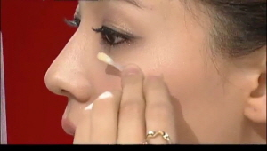 4) 똑똑한 면봉 사용법<br> 4-2) 로션, 에센스 등을 발라주신 후에 눈가에 발려주세요, 그리고  2~3분 정도만 기다리면  피부가 팽팽 해 지는게 느껴지실 거에요, 그럼 로션 또는 에멀전을 바르시고 색조 화장을 들어가면 됩니다. ㅎㅎ