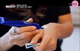 4) 화이트닝 스팟 에센스 사용법!<br> 4-1) 적당량을 손 등에 짜주세요.