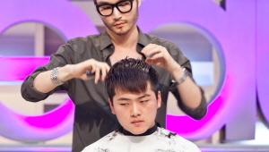 3) 뒤통수 머리카락을 짧게 잘라 납작한 뒤통수를 커버합니다.<br><br> 레인저 컷의 또 하나의 특징! 뒷머리가 쇼트하게 올라갑니다.  짧은 뒷머리를 세우면, 납작한 뒷통수를 커버할 수 있어요~<br><br> 뒷머리가 정수리를 거쳐, 앞머리까지 연결이 되었어요. 이때 앞머리를 내리면 평범한 스타일을, 올려서 앞머리 스크래치를 드러내면 강렬한 스타일을 연출할 수 있어요!!