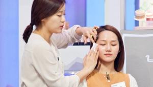 <b> 1) 기초부터 탄탄하게. 스킨으로 피부 결을 정리한다. </b><br><br>    코를 중심으로 바깥쪽으로 부채꼴을 그리면서 스킨을 발라주세요.
