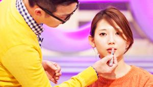 <b>2) 쿨톤 + 얇은 입술</b><br><br>먼저 입술 안쪽에 웜톤 오렌지 립스틱을 바른 후, 입술 바깥쪽에 쿨톤 오렌지 립글로스를 발라줍니다. 얇은 입술을 도톰하게 만드는 효과를 얻을 수 있겟죠!