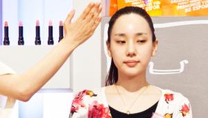 1) 기초케어 후, 미스트를 뿌려 피부에 수분을 공급해주세요