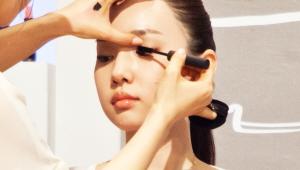9) 마스카라를 이용해 속눈썹 볼륨감을 살려주세요. 입술을 원-포인트로 할 때는 속눈썹 & 아이브로우의 볼륨감을 통일해요. 한층 풍성해진 속눈썹 & 아이브로우가 보이시죠?