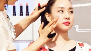 12) 립 메이크업에 사용했던 립스틱을 손으로 광대 안 쪽에 두드려 발라주세요