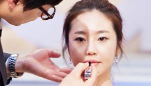 5) 입술 중앙에 핑크 컬러의 립스틱을 톡톡 바른 후, 손가락으로 그라데이션 하듯 펴 발라주세요. <br>그 후 립글로스를 입술 중앙 부분에 살짝 발라 글로시한 느낌을 주세요