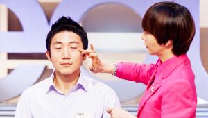 <b>5) 아이크림</b><br><br> 아이크림은 눈가의 주름, 노화를 막아주는 기능성 제품이에요. <br>눈 아래 부분을 약지를 이용해 톡톡 두드리며 흡수시켜주세요~ <br>눈가는 피부 조직이 약하기 때문에 반드시 조심히 다루어야 한답니다! <br>그리고, 아이 크림은 안티에이징 외에도 눈가의 붓기와 다크서클 완화 기능까지 하는 똑똑한 제품이에요.