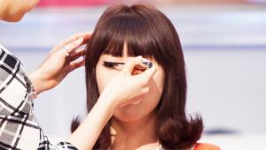 4) 자연스럽고 그윽한 눈매를 연출 하기 위해, 마스카라는 가볍게 마무리 <br>해주세요. 아래 속눈썹에도 마스카라를 발라 언더라인에 포인트를 주시면 되요!