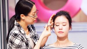 4)인조 속눈썹을 눈머리 부분을 포함해 1/3정도 잘라, 눈꼬리에 길게 붙여주세요. 마스카라를 눈 중앙에서 바깥쪽으로 사선으로 발라주세요!