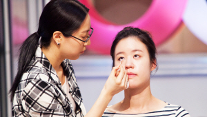 2)언더라인의 점막이 훤히 보이는 눈이에요. 그 점을 보완하기 위해, 동공 부분부터 눈꼬리까지 언더라인 점막을 채워주세요. 언더라인에 그린 아이라인을 면봉으로 살살 문질러 그라데이션을 해주세요~