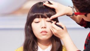 2) 펜슬 라이너로 동공 위에서부터 눈꼬리로 갈수록 라인을 도톰하게 그려주세요. 그 후눈 앞머리 라인을 도톰하게 연결해주세요. <br><br>즉, 눈앞머리는 강하게, 동공 부분은 약하게, 다시 눈꼬리는 강하게 그려주는 것이에요! 이렇게 아이라인의 강약을 조절하면 입체적인 눈매를 연출할 수 있답니다!