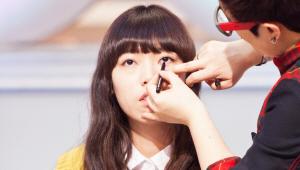 3) 한 쪽 손가락으로 눈 밑을 잡고 눈 앞머리 언더라인을 그려주세요. <br>답답했던 눈 앞머리를 완벽 보정했답니다!