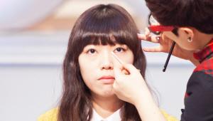 <b>Q2. 눈꼬리에 아이라인을 번지듯이 표현했는데 그 이유는 무엇인가요?</b><br><br> A. 라인을 그릴 때 강약을 조절하여 눈꼬리를 부드럽게 번지도록 그리면 입체적이고 세련된 느낌을 연출할 수 있어요!