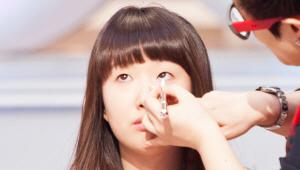 2) 붓펜 타입의 아이라이너를 화이트 언더라인 밑에 눈 중앙까지 그려주세요.
