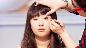 4) 눈꼬리 삼각 라인에 아이라인을 그리면 눈매가 더 쳐져 보여 역효과가 날 수 있어요. 이때 본인의 개성과 장점을 살리면서 눈매를 교정하기 때문에, 눈꼬리를 올려주지 않아요! 대신, 눈동자 밑에서 눈꼬리까지 언더라인에 살짝 음영을 줄게요!