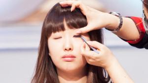 5) 인조 속눈썹의 가운데 부분만 잘라내 눈 중앙에 붙여주세요. <br>인조 속눈썹 앞쪽은 속눈썹에 맞닿게, 뒤쪽은 조금 올려 살 위에 붙여주세요.