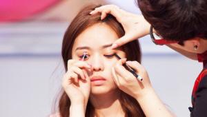 4) 아이라인 눈꼬리 부분을 넓게 칠해 음영을 넣어주세요. 강한 아이라인보다는 부드러운 음영과로 눈매를 교정하는 과정이에요.
