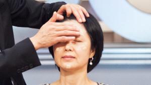 5) 매끄럽고 빛나는 피부를 만들 파운데이션 단계에요! 파운데이션을 한 번 펌핑해 손가락으로 얼굴을 4등분해 나눠 발라주세요. 이마 부분은 모가 없으므로 파운데이션을 좌우로 발라도 상관없어요! <br><br>파운데이션이 피부에 밀착할 수 있도록 꼼꼼하게 눌러서 발라주세요! 파운데이션의 자연스러운 광과 본연의 피부 광이 살아나 보톡스 효과를 주게 되요!